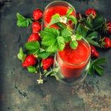 Gesunder frischer Erdbeere Smoothie Detoxkonzept Abbildung der roten Lilie Lizenzfreie Stockbilder