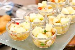 Gesunder Fruchtsalat in der Glasschüssel Stockfotografie