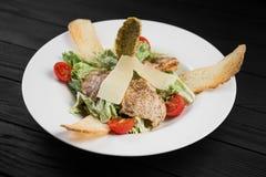 Gesunder gegrillter Fleischcaesar-Salat mit Käse Lizenzfreie Stockbilder