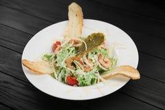 Gesunder gegrillter Garnelencaesar-Salat mit Käse Lizenzfreie Stockbilder