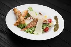 Gesunder gegrillter Hühner-Caesar-Salat mit Käse und Eiern Stockfotos