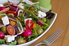 Gesunder grüner Salat in der weißen Schüssel Stockfotografie