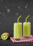 Gesunder grüner Smoothie auf dem dunklen Hintergrund Stockfotos