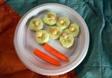 gesunder Imbiss mit Macadamia, Gurke und Karotten stockbild
