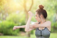 Gesunder jugendlich Arm, der Übungsaufwärmen des Sports im Freien ausdehnt lizenzfreie stockfotos