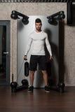 Gesunder junger Mann, der Übung für Rückseite tut Stockfoto