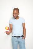 Gesunder junger Mann mit Apfel stockbild