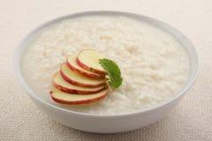 Gesunder, köstlicher Nachtisch, Reispudding mit Äpfeln Lizenzfreies Stockfoto