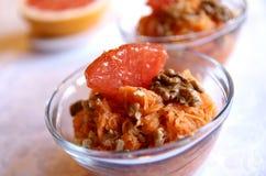 Gesunder Karottesalat mit Pampelmuse und Walnüssen Stockfotografie