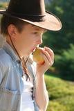 Gesunder Lebenjunge, der Apfel isst Lizenzfreie Stockfotos