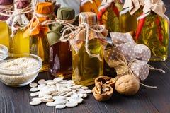 Gesunder Lebensmittelhintergrund, modische Diätproduktee, Gemüse, Getreide, Nüsse schmieröle lizenzfreies stockbild