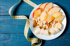 Gesunder Lebensstil Apple und Orangensaft auf einem hölzernen Hintergrund Lizenzfreies Stockfoto