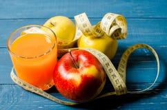 Gesunder Lebensstil Apple und Orangensaft auf einem hölzernen Hintergrund Lizenzfreies Stockbild