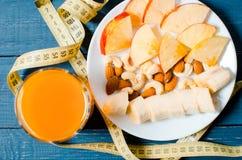 Gesunder Lebensstil Apple und Orangensaft auf einem hölzernen Hintergrund Stockfotografie