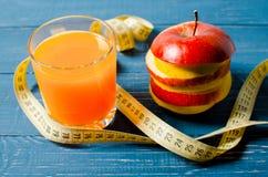 Gesunder Lebensstil Apple und Orangensaft auf einem hölzernen Hintergrund Stockbilder