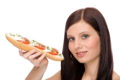 Gesunder Lebensstil - Frau genießen caprese Sandwich lizenzfreie stockfotografie