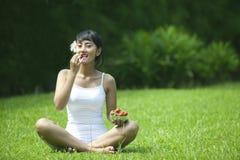 Gesunder Lebensstil: Frau mit Erdbeere Stockbilder