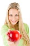 Gesunder Lebensstil - Frau mit rotem Apfel Lizenzfreie Stockfotos