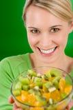 Gesunder Lebensstil - Frauenholding-Fruchtsalatschüssel Stockfoto