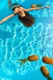 Gesunder Lebensstil, Lebensmittel Junge Frau im Pool Früchte, Vitamine lizenzfreies stockfoto