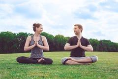 Gesunder Lebensstil Leutepraxis acro Yoga draußen Stockbilder