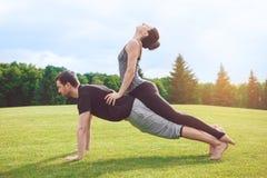 Gesunder Lebensstil Leutepraxis acro Yoga draußen Stockfotografie