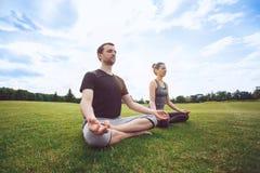 Gesunder Lebensstil Leutepraxis acro Yoga draußen Lizenzfreie Stockbilder