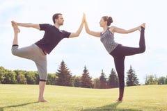 Gesunder Lebensstil Leutepraxis acro Yoga draußen Stockfoto