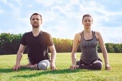 Gesunder Lebensstil Leutepraxis acro Yoga draußen Stockbild