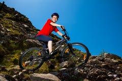 Gesunder Lebensstil - Radfahren der jungen Frau Lizenzfreies Stockfoto