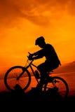 Gesunder Lebensstil Schattenbild des Radfahrers das Fahrrad an Se reiten Lizenzfreie Stockfotografie