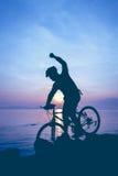 Gesunder Lebensstil Schattenbild des Radfahrers das Fahrrad an Se reiten Stockfoto