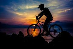 Gesunder Lebensstil Schattenbild des Radfahrers das Fahrrad an Se reiten Stockfotos