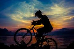Gesunder Lebensstil Schattenbild des Radfahrers das Fahrrad an Se reiten Stockbild