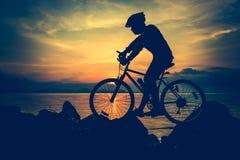 Gesunder Lebensstil Schattenbild des Radfahrers das Fahrrad an Se reiten Stockbilder