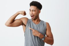 Gesunder Lebensstil Schließen Sie herauf lokalisiertes Porträt von jungen sexy dunkelhäutigen Männern mit dem gelockten Haar im s Stockfotografie