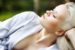 Gesunder Lebensstil. Wellness. Entspannung auf Natur Lizenzfreie Stockfotografie