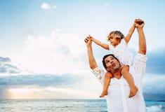 Gesunder liebevoller Vater und Tochter, die zusammen am Strand spielt lizenzfreie stockfotografie
