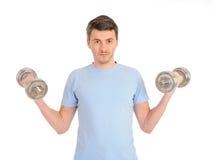 Gesunder Mann, der mit freien Gewichten ausarbeitet Stockfotografie