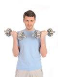 Gesunder Mann, der mit freien Gewichten ausarbeitet Stockbild