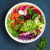 Gesunder Mittagessen-Schüsselsalat des strengen Vegetariers Avocado, rote Bohne, Tomate, cucu Lizenzfreie Stockfotografie