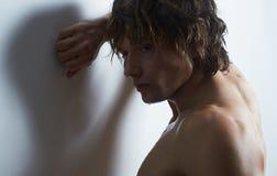 Gesunder muskulöser junger Mann stockfotos