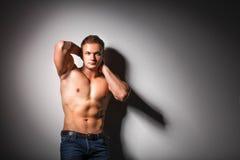 Gesunder muskulöser junger Mann Getrennt auf schwarzem Hintergrund Lizenzfreie Stockfotos