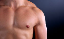 Gesunder muskulöser junger Mann Getrennt auf schwarzem Hintergrund Stockfotos