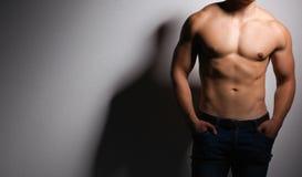 Gesunder muskulöser junger Mann Getrennt auf schwarzem Hintergrund Lizenzfreies Stockfoto