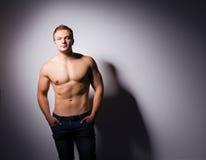 Gesunder muskulöser junger Mann Getrennt auf schwarzem Hintergrund Stockfoto