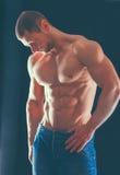 Gesunder muskulöser junger Mann Getrennt auf schwarzem Hintergrund Stockbilder