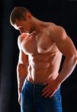 Gesunder muskulöser junger Mann Getrennt auf schwarzem Hintergrund Stockbild