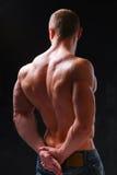 Gesunder muskulöser junger Mann Getrennt auf schwarzem Hintergrund Lizenzfreie Stockfotografie