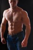 Gesunder muskulöser junger Mann Getrennt auf schwarzem Hintergrund Stockfotografie